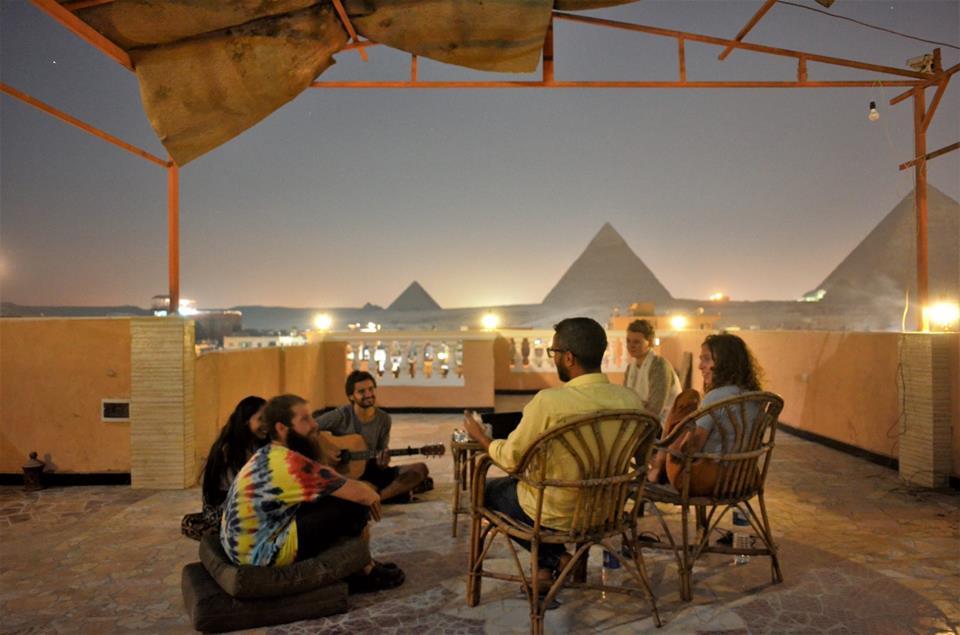 Βγαίνω με τη μεγάλη πυραμίδα της Γκίζα.