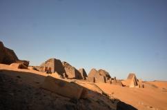 τι τραγική ιστορία αυτές οι πυραμίδες.. ήρθε κάποια στιγμη χρυσοθηρας νομιζω 19ος αιώνας ο οποίος κατέστρεψε την κόρυφη μίας πυραμίδας και βρήκε χρυσό. μετά τις κατέστρεψε όλες και τελικά η μόνη που είχε χρυσό ήταν η πρώτη.... :-(